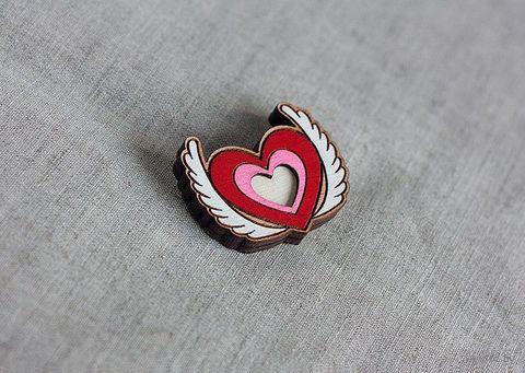 """Значок деревянный """"Крылатое сердце"""" — фото, картинка"""