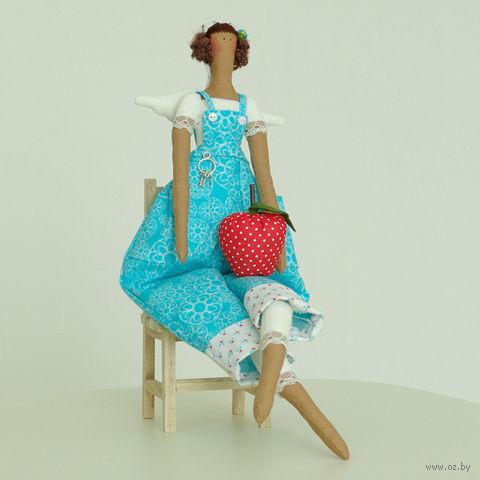 """Кукла ручной работы """"Девушка-садовник в голубом комбинезоне"""" (с яблоком в руках)"""