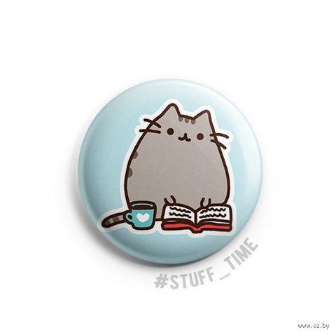 """Значок маленький """"Котик с книжкой"""" (арт. 965) — фото, картинка"""